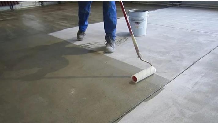 Нанесение лака на бетон