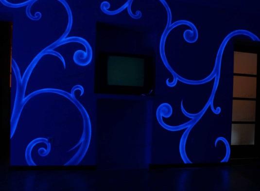 Флуоресцентная краска в помещении